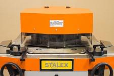 Защитный кожух, маховики для поворота каждой губки на общий угол заготовки с 30°до140°, мерная линейка на рабочем столе